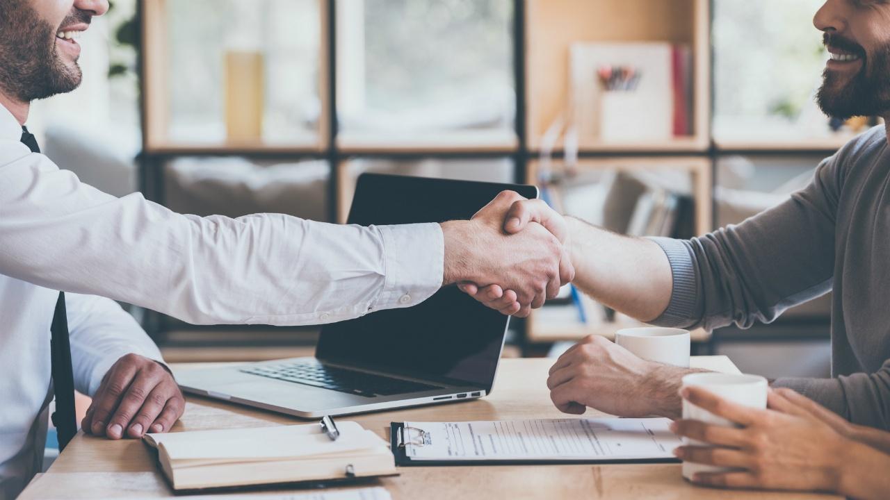 ejecutivos dandose la mano en una empresa