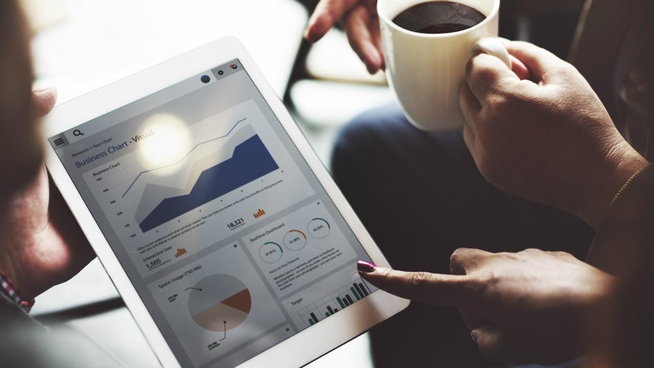 ejecutivos analizando metricas y resultados de una landing page