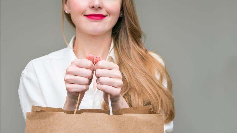 mujer con bolsa de compra concepto de buyer persona