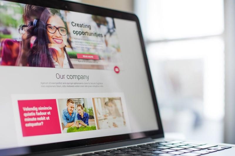 pantalla de una laptop con landing page de un negocio