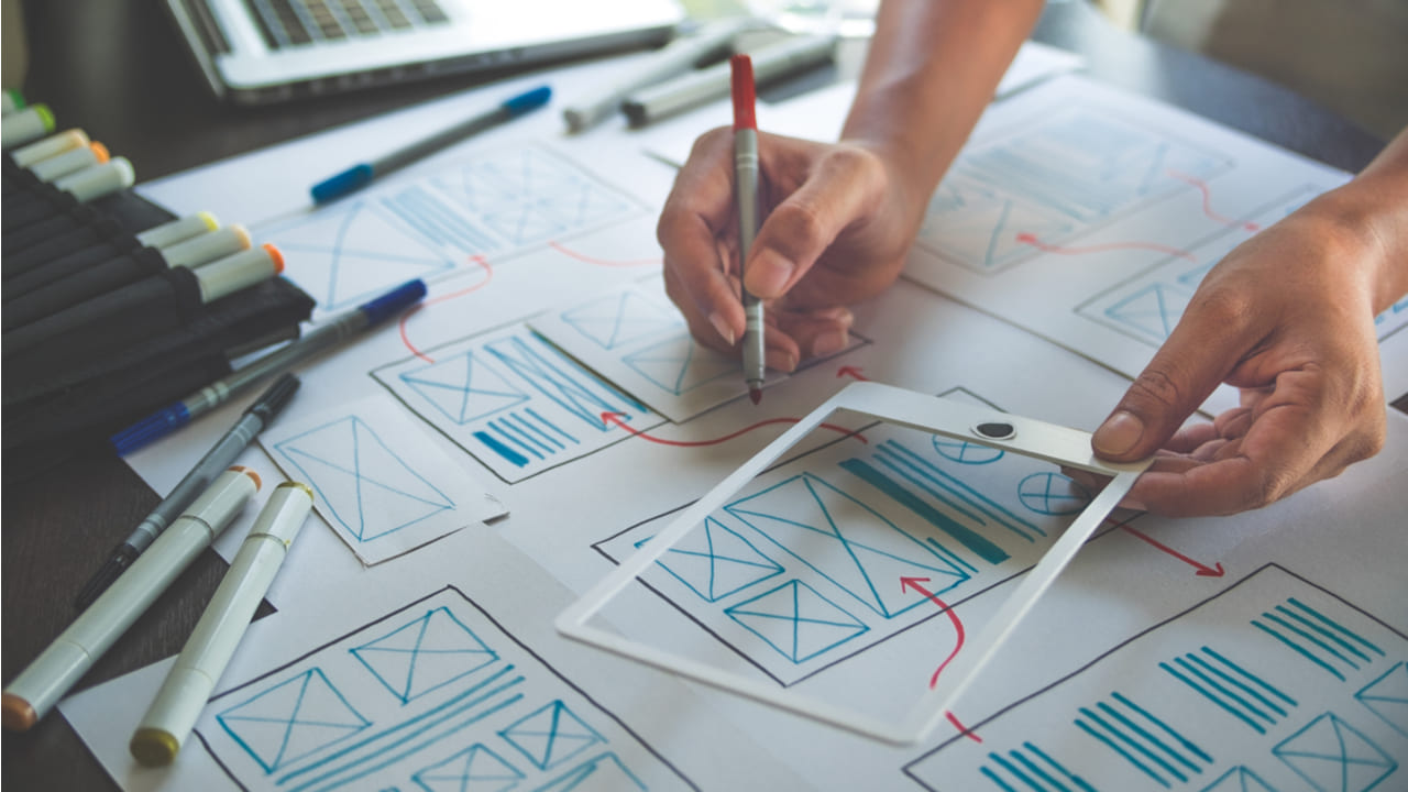 diseñador ux diseñando una maqueta de un producto digital