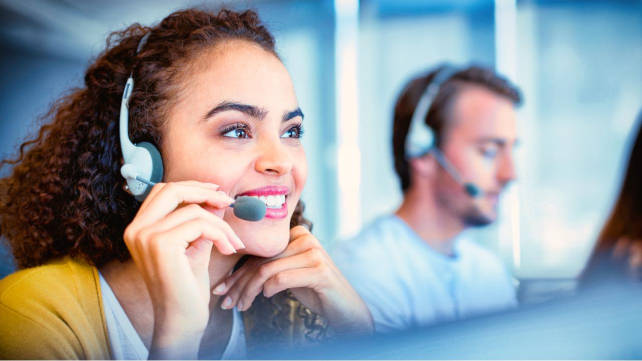 ejecutiva de servicio al cliente que trabaja en un call center