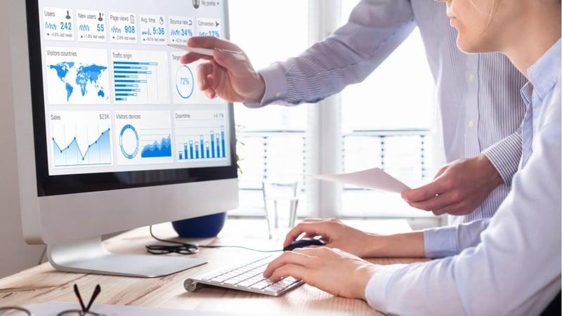 ejecutivos evaluando los kpi de su negocio en una computadora