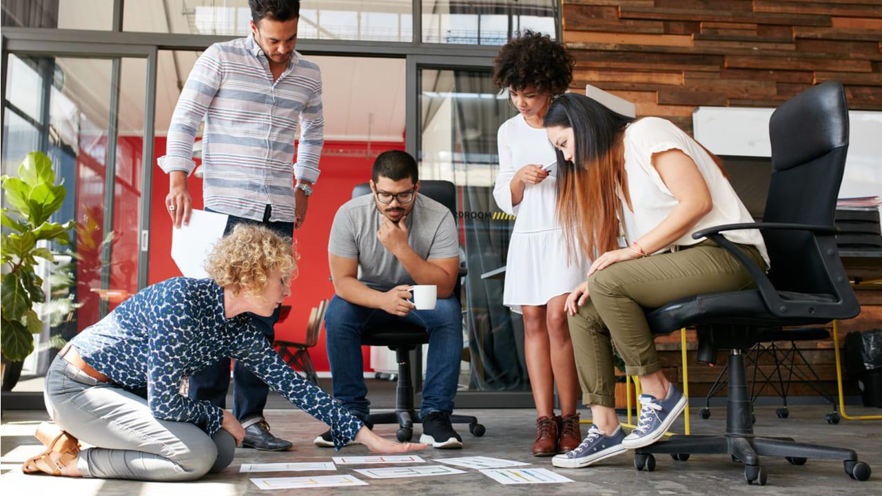 equipo de ventas y marketing trabajando alineados