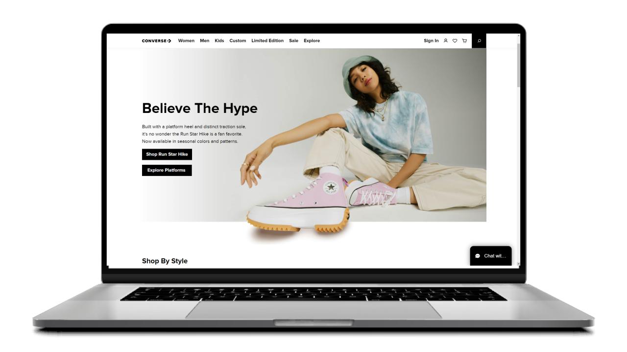 foto de un modelo usando una zapatilla en la pagina de un ecommerce