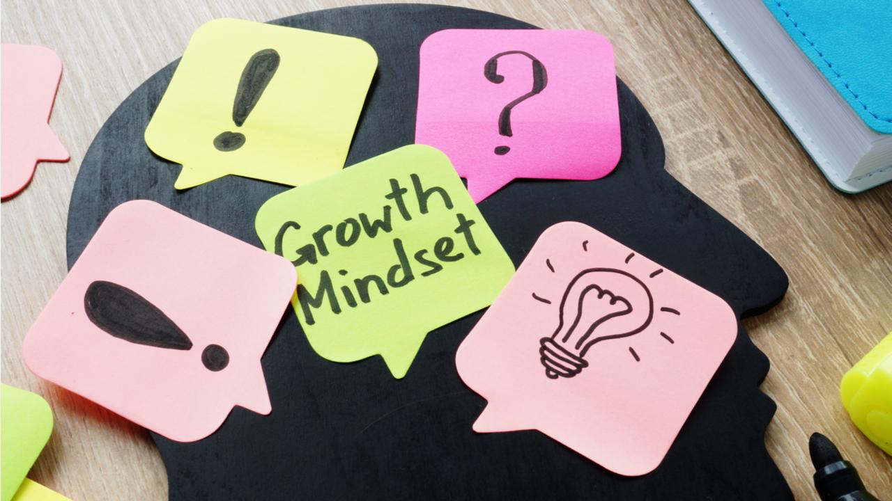 growth mindset o mentalidad del crecimiento escrito en un postit