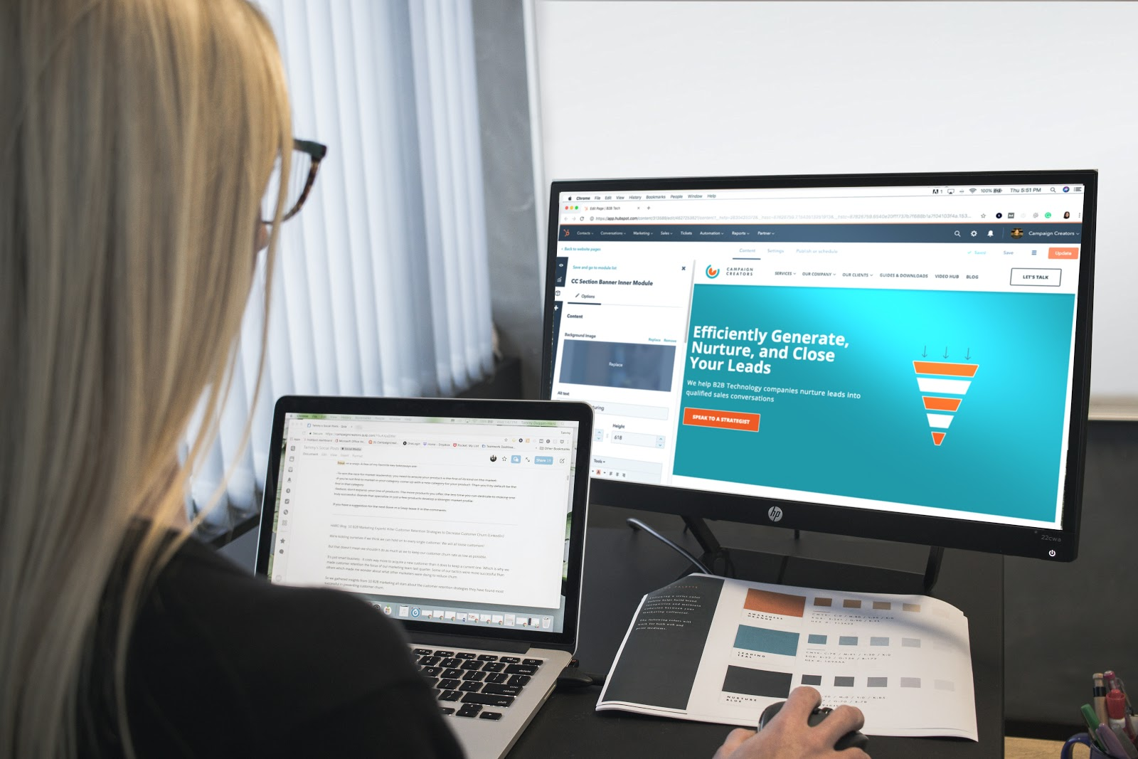 mujer usando hubspot en su computadora