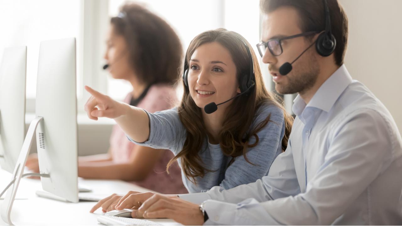 operadora de un centro de llamadas que ayuda a un colega