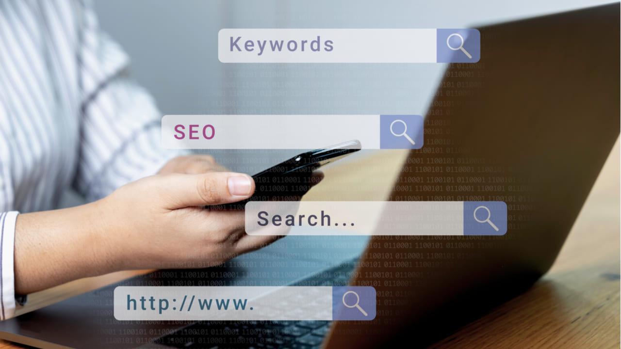 persona buscando en google keywords especificas
