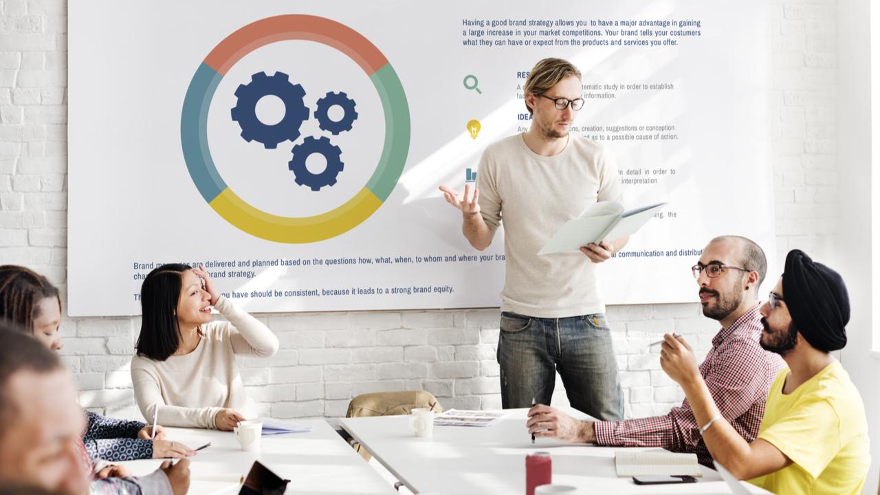 product manager reunido con el equipo de producto