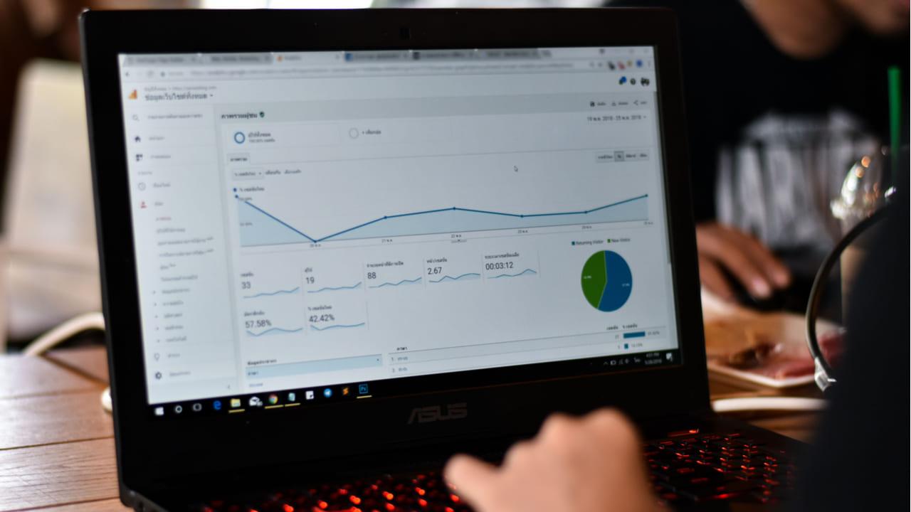 usuario revisando un tablero de google analytics