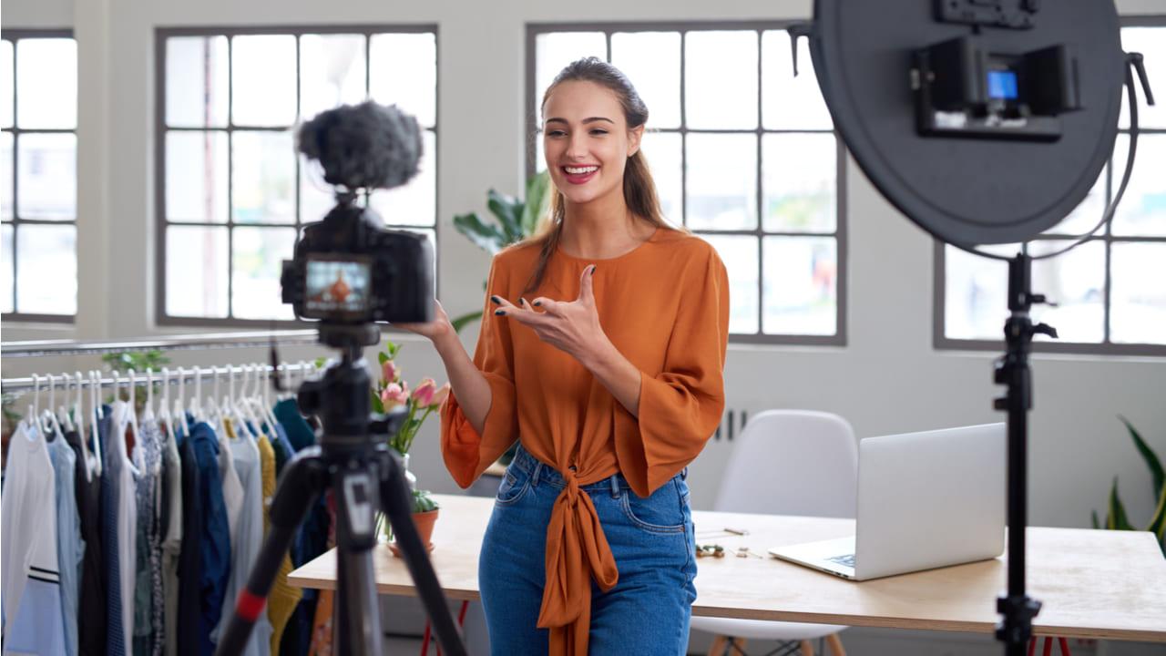 influencer probando un producto y compartiendo el video en redes sociales