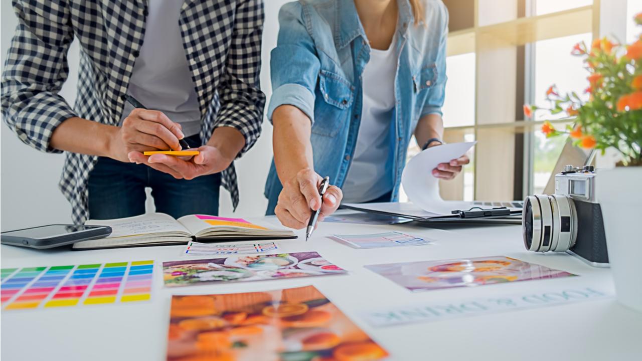 equipo creativo reunido analizando propuestas graficas