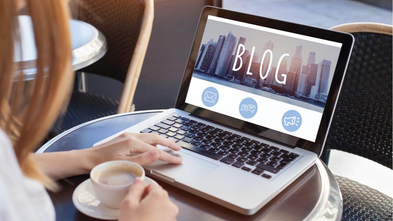 mujer leyendo un blog en su laptop