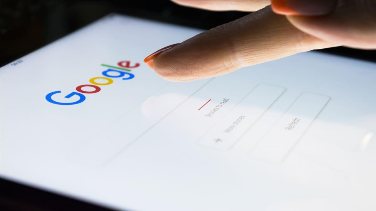 persona haciendo una busqueda en google desde su celular