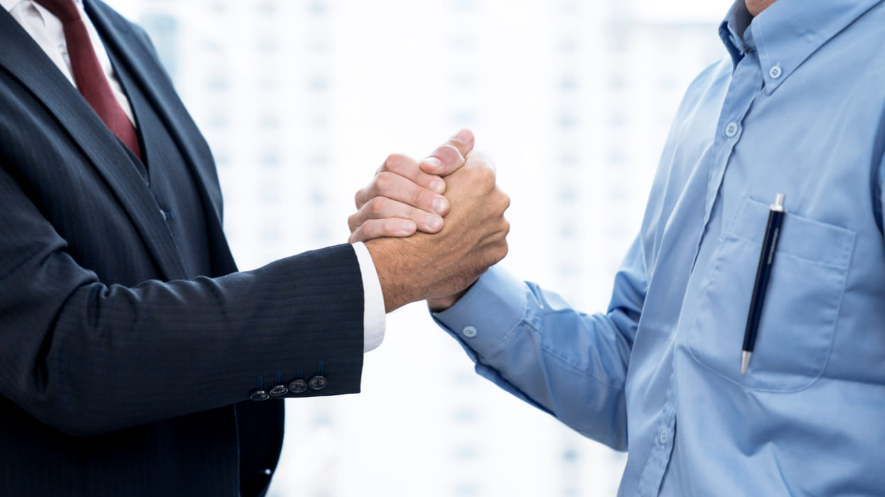 socios de negocio dandose la mano
